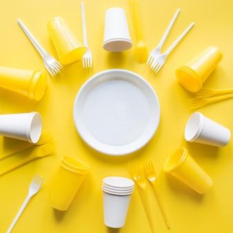 Singe use utensilios de picnic para reciclar en amarillo. recolección de basura plástica desechable ecológica para el concepto de reciclaje. vista superior. endecha plana.
