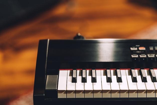 Sintetizador electronico de teclado musical.
