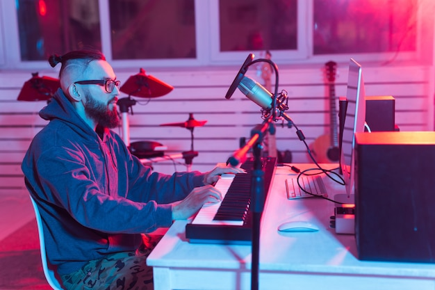 Sintetizador de grabación de músico profesional en estudio digital en casa, tecnología de producción musical
