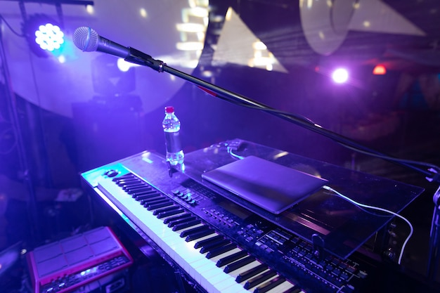 Sintetizador mayor planea en la discoteca