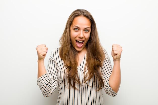 Sintiéndose sorprendido, emocionado y feliz, riendo y celebrando el éxito, diciendo wow!