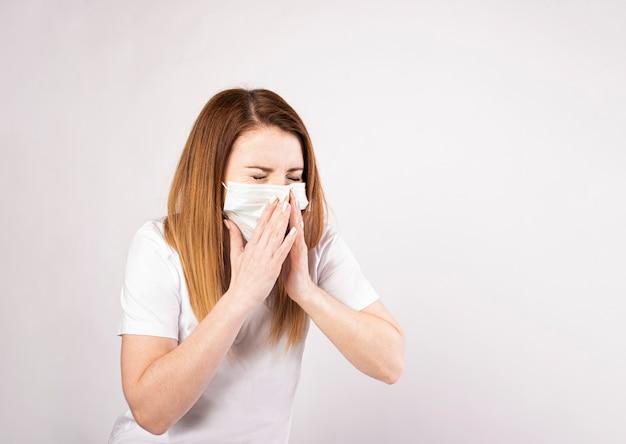 Síntoma de gripe resfriado o alergia. mujer asiática joven enferma con fiebre estornudos en tejido.