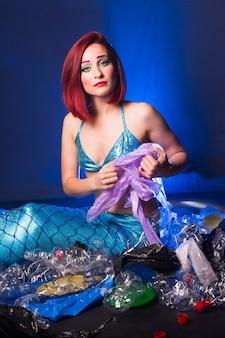 Sirena de fantasía en el océano profundo triste porque la contaminación del agua