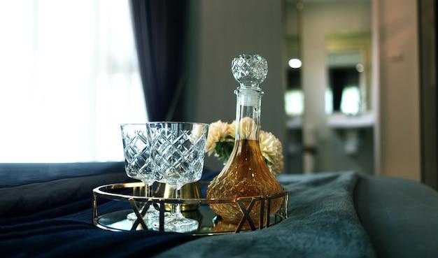 Sirva una bebida para relajarse en la cama en un momento romántico. Foto Premium