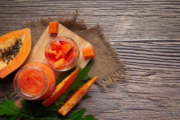 Sirva jugo de papaya con papaya fresca picada