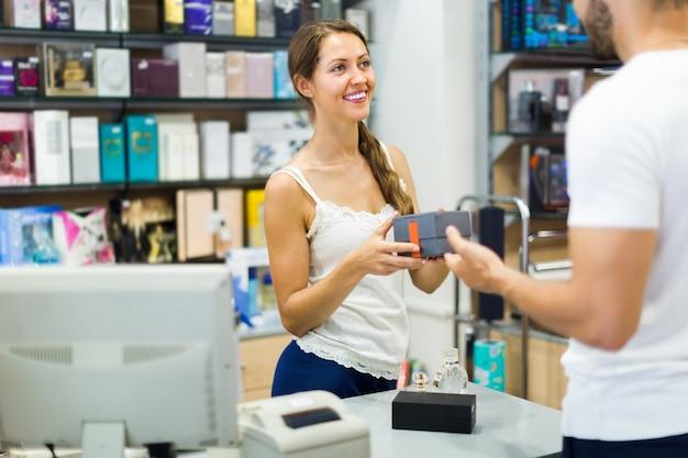 Sirviendo al comprador en la caja