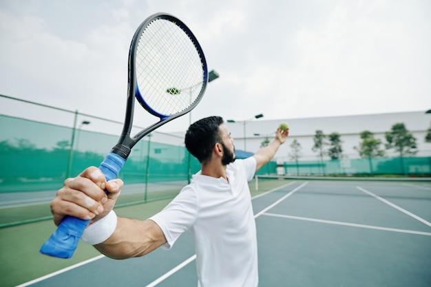 Sirviendo al jugador de tenis