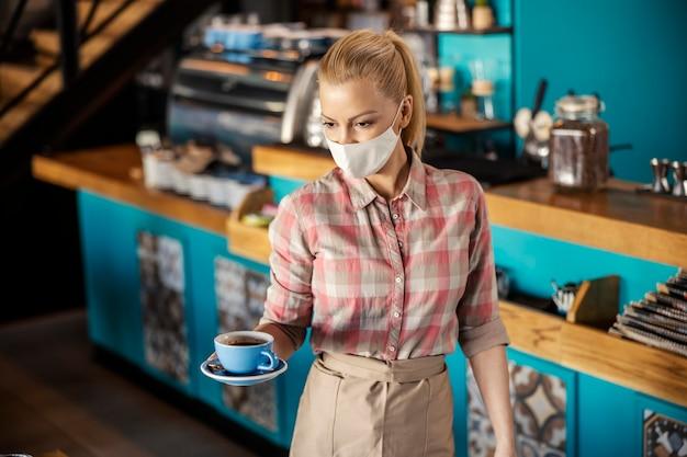 Sirviendo café durante un covid 19