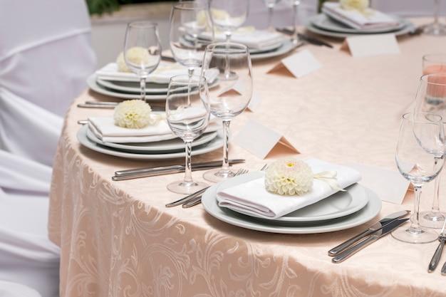 Sirviendo decoraciones de mesa con flores en el restaurante