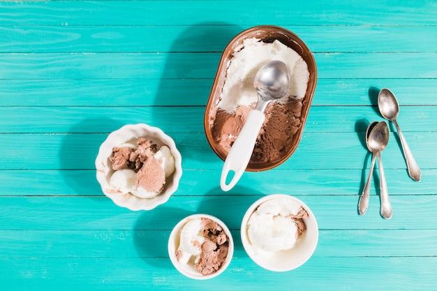 Sirviendo helado en tazones de porciones