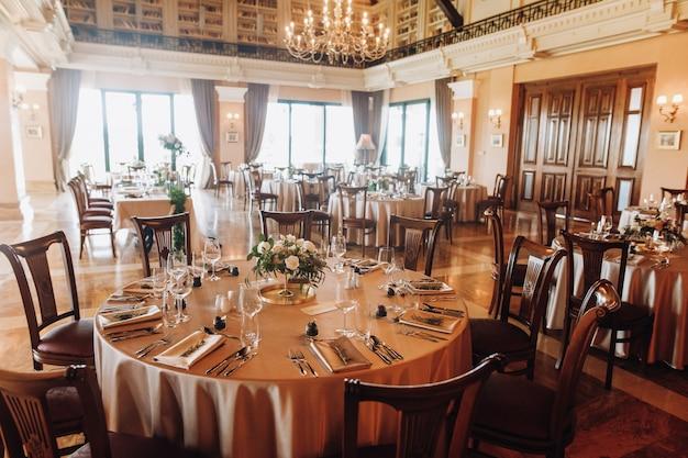 Sirviendo mesas para bodas en el antiguo restaurante