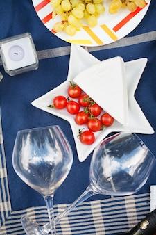 Sirviendo un picnic de verano al estilo francés.