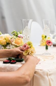 Sirviendo en un restaurante decorado con flores.