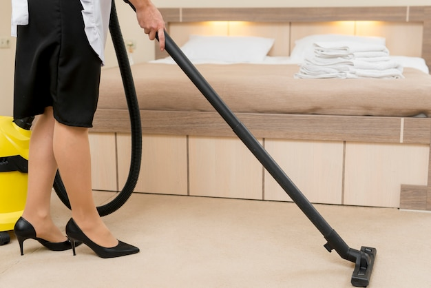 Sirvienta limpiando habitación de hotel