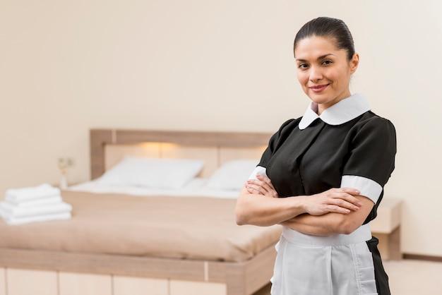 Sirvienta preparando habitación de hotel