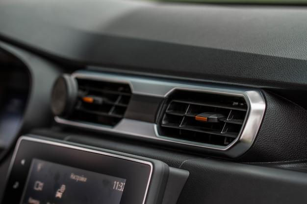 Sistema de aire acondicionado de coche. aire acondicionado del coche. detalle interior del coche moderno.