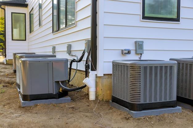 Sistema de aire acondicionado en la instalación en construcción casa nueva