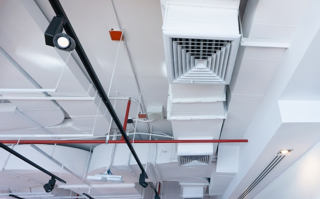Sistema de aire acondicionado de techo de edificios de la ciudad.