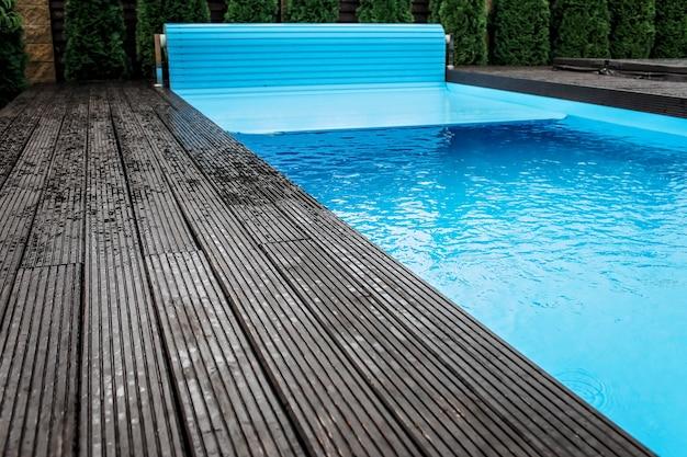 Sistema automático de cobertura de piscinas, equipamiento de hogar y cabaña.