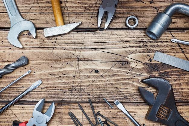 Sistema de diversas herramientas de la reparación en fondo de madera con el espacio de la copia.