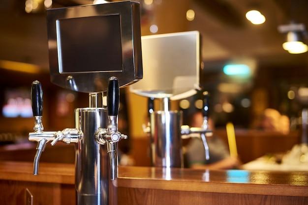 El sistema de embotellado de cerveza sobre la mesa de clientes en la cervecería.