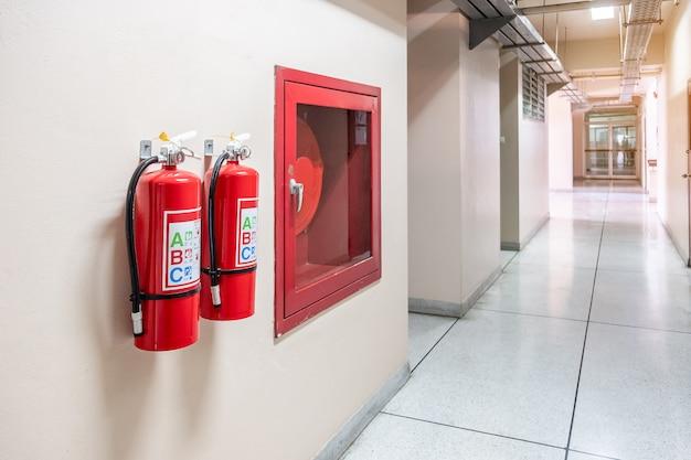 Sistema extintor de incendios en el fondo de la pared, potente equipo de emergencia para uso industrial.