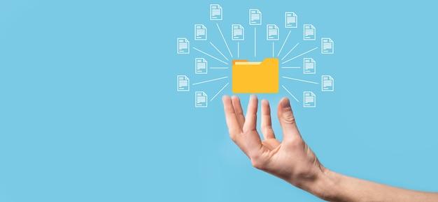 Sistema de gestión de documentos dms. carpeta de retención de empresario e icono de documento. software para archivar, buscar y gestionar archivos e información corporativos. concepto de tecnología de internet. seguridad digital.