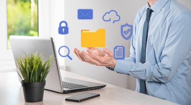 Sistema de gestión de documentos dms. carpeta de retención de empresario e icono de documento. software para archivar, buscar y gestionar información y archivos corporativos. concepto de tecnología de internet. seguridad digital