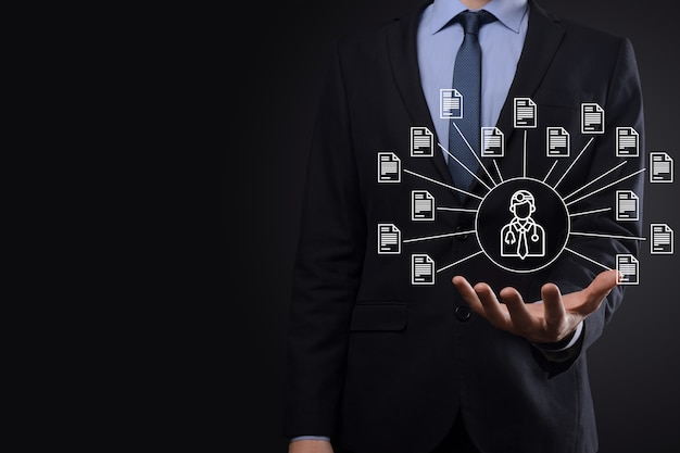 Sistema de gestión de documentos dms. hombre de negocios mantenga médico e icono de documento. software para archivar, buscar y administrar archivos e información corporativos. concepto de tecnología de internet. seguridad digital.