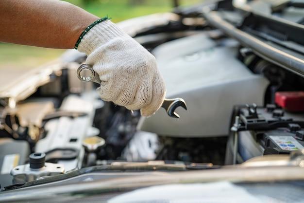 Sistema de motor mecánico de capó abierto para revisar y reparar daños en choques de automóviles