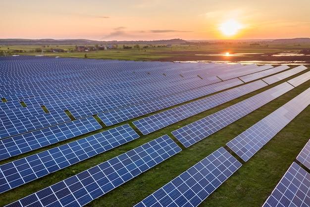 Sistema de paneles fotovoltaicos solares azules que producen energía limpia renovable