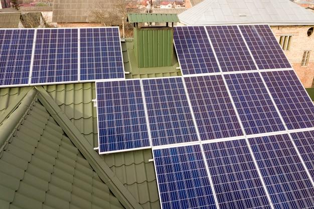 Sistema de paneles fotovoltaicos solares en el techo del edificio.