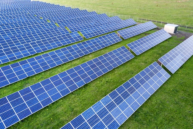 Sistema de paneles solares que producen energía limpia renovable.