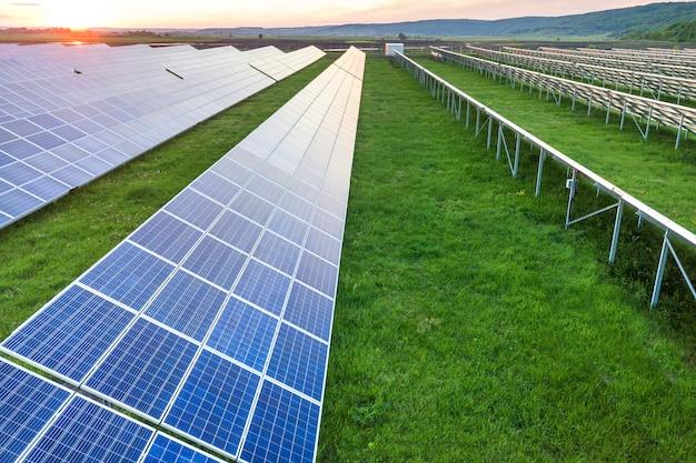 Sistema de paneles solares que producen energía renovable limpia