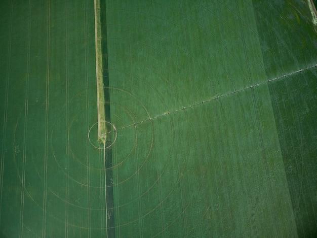 Sistema de riego de pivote central en una vista aérea de drone de campo verde