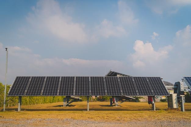 Sistema de seguimiento solar en planta de energía solar.
