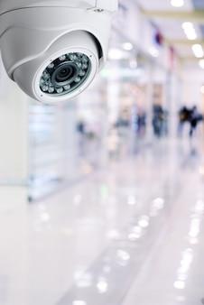 Sistema de seguridad de la cámara cctv en el techo de un centro comercial fondo borroso.
