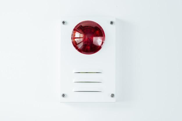 Sistema de seguridad contra incendios sobre un fondo blanco.