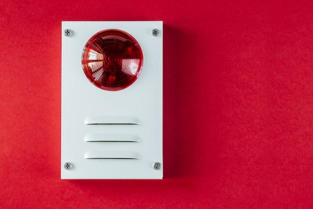 Sistema de seguridad contra incendios sobre fondo rojo.