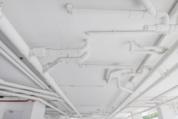 Sistema de tuberías de agua. instalación de tubería de agua en el edificio. sistema de transporte de tuberías de agua.