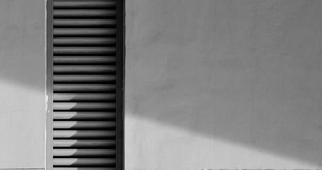 Sistema de ventilación en muro de cemento con sombra.