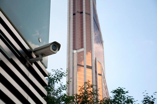 Sistema de vigilancia de seguridad a la entrada de un moderno edificio de oficinas. dos cámaras de video vigilancia.
