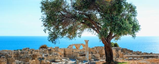 Sitio arqueológico del antiguo patrimonio mundial de kourion cerca de limassol (lemesos), chipre. antecedentes de viaje