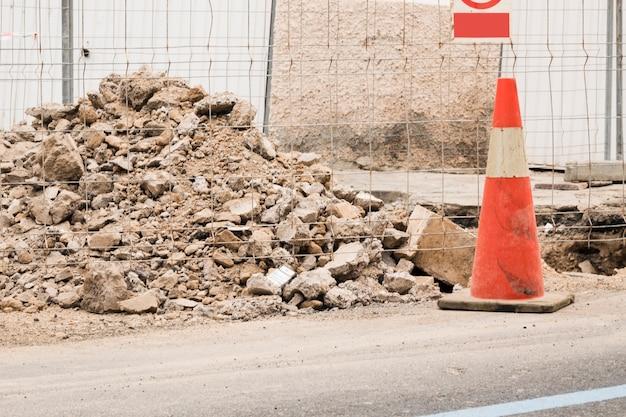 Sitio de construcción con cono de tráfico