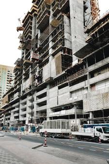 Sitio de construcción de edificios en una calle de dubai