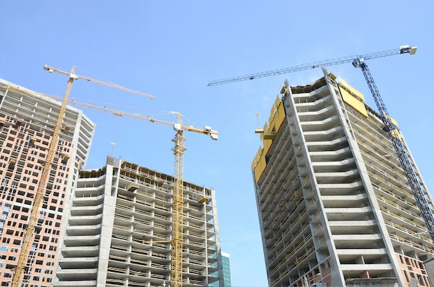 Sitio de construcción, edificios de varios pisos de gran altura en construcción