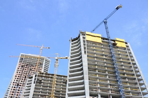 Sitio de construcción. edificios de varios pisos de gran altura en construcción