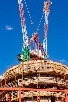 Sitio de construcción con grúas con cielo azul