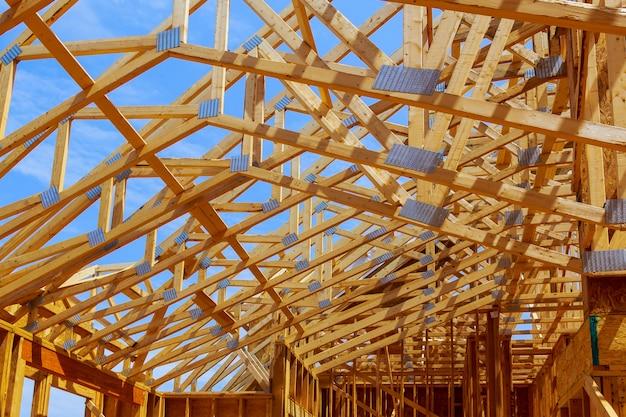 Sitio de construcción con nueva estructura de casa sitio de edificio con viga, en construcción