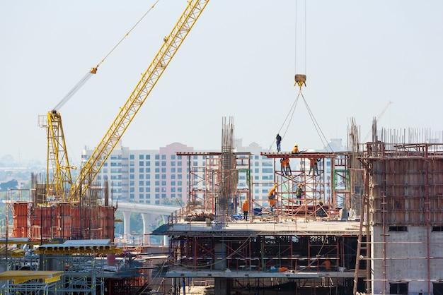 El sitio de construcción ocupado opera al comienzo de la construcción de un nuevo proyecto de infraestructura compleja.
